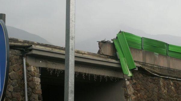 Camion contro barriere, chiusa To-Aosta