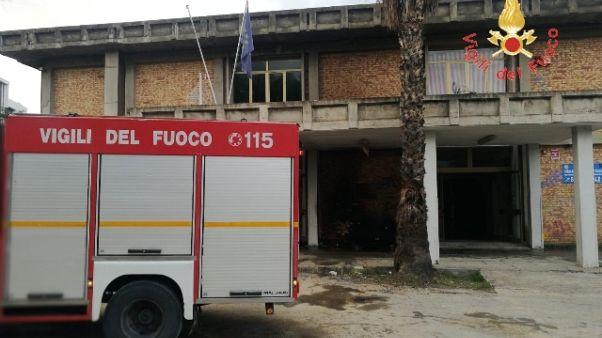 Incendio doloso davanti scuola