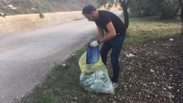 Abbandona rifiuti, glieli portano a casa