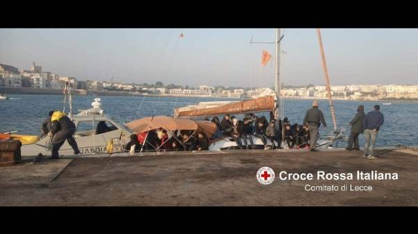 Migranti: 62 su veliero in acque Castro