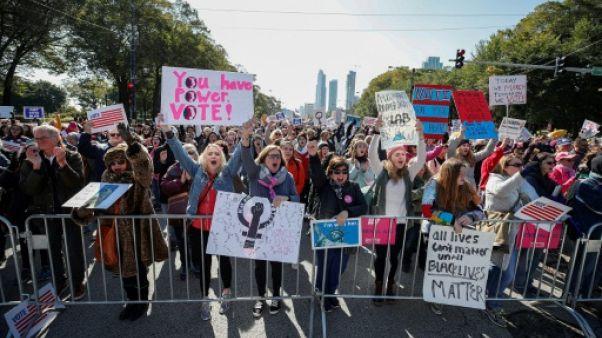 """Des milliers de manifestants à Chicago contre la politique """"anti-femmes"""" de Trump"""