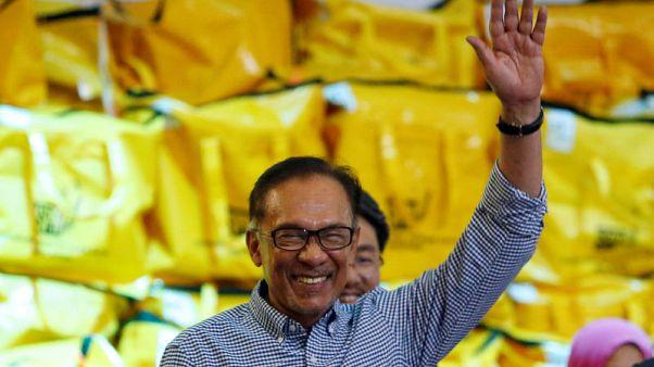 أنور إبراهيم يفوز في انتخابات تكميلية ويقترب من رئاسة الوزراء في ماليزيا