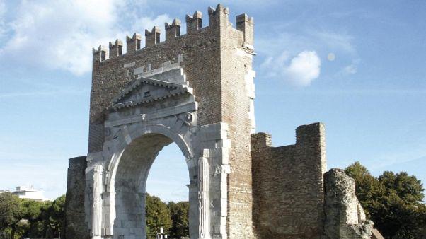 Staccano pietre arco romano, denunciati