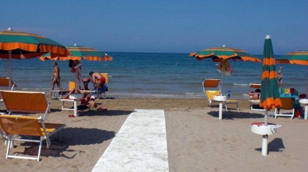 Sesso in spiaggia, coppia denunciata