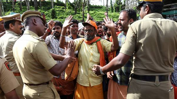 محتجون يهاجمون صحفيات في نزاع بشأن حظر دخول النساء لمعبد هندوسي