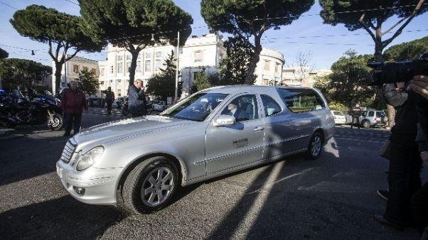 Vigili fermano carro funebre con salma