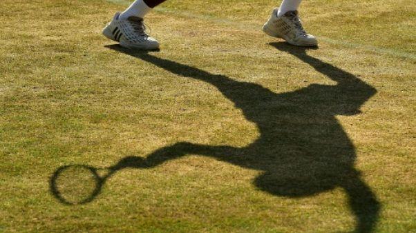 Ombre d'un joueur sur la pelouse de Wimbledon, le 10 juillet 2018