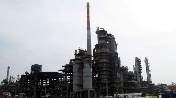 النفط يغلق مرتفعا لكنه ينهي الأسبوع على خسائر بفعل زيادة في المخزونات والتوترات التجارية