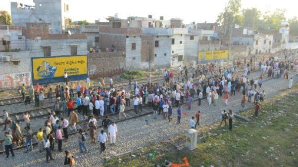 Un train percute une foule en Inde: une soixantaine de morts