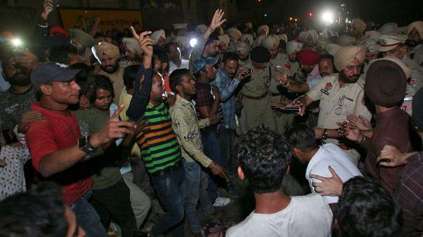 مسؤولون في الهند يتبادلون اللوم في حادث قطار مروع