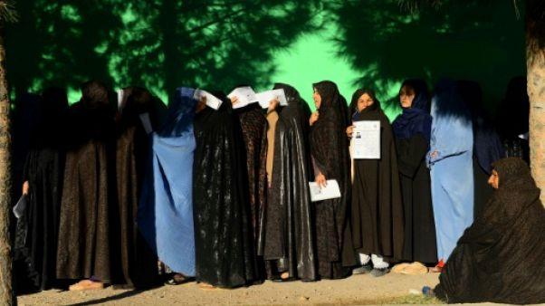 Des Afghanes font la queue pour voter à Herat, le 20 octobre 2018