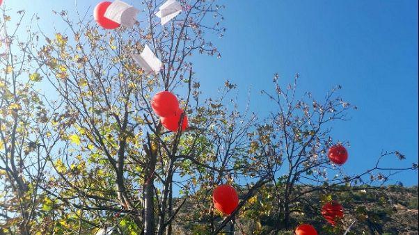 No Tav,fogli via in cielo con palloncini
