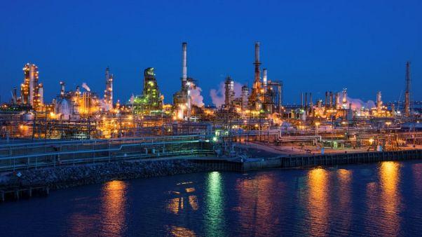 النفط يسجل تغيرا طفيفا رغم تعهد السعودية بزيادة الإنتاج