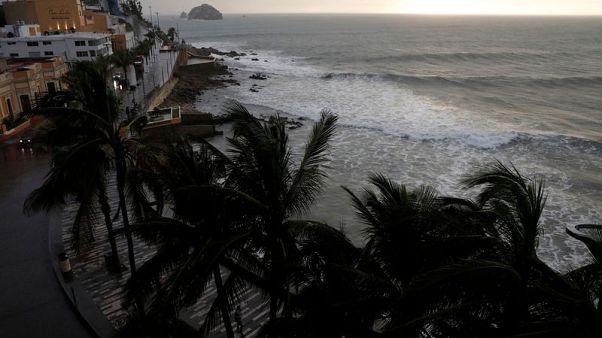 الإعصار ويلا يضرب سواحل المكسيك على المحيط الهادي