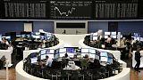 أسهم أوروبا تتجه صوب أدنى مستوى في عامين مع تعرضها لضغوط