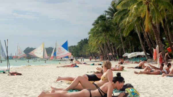 Des touristes sur une plage de Boracay aux Philippines, le 7 avril 2018