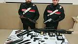 Armi finte e distintivi,denunciato da Cc