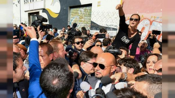 Hourras et huées pour Salvini sur les lieux d'un fait divers sordide à Rome