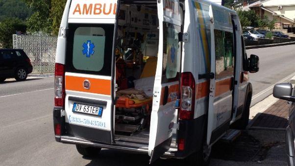 Morte 14enne, esposto su ambulanza