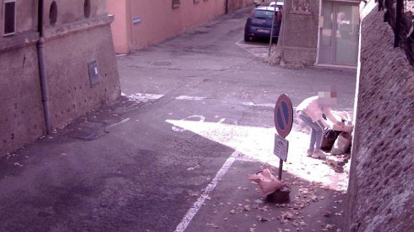 Rifiuti in strada, sindaco pubblica foto