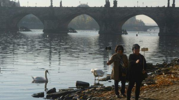 Des touristes devant le célèbre Pont Charles de Prague, le 12 octobre 2018.