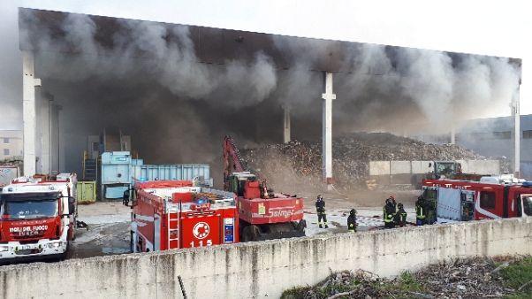 Rogo azienda rifiuti, alta colonna fumo