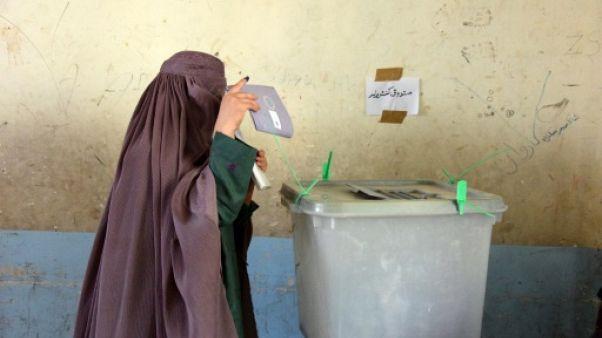 Une Afghane vote à Kandahar, au sud du pays, le 27 octobre 2018