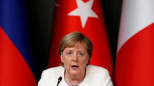 ميركل تقول يجب السعي لإجراء انتخابات في سوريا في نهاية المطاف