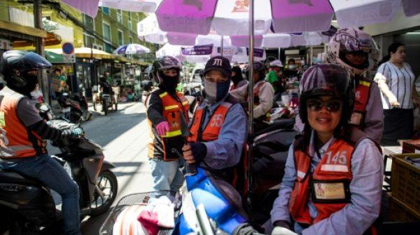 Les femmes à l'assaut des motos taxis à Bangkok