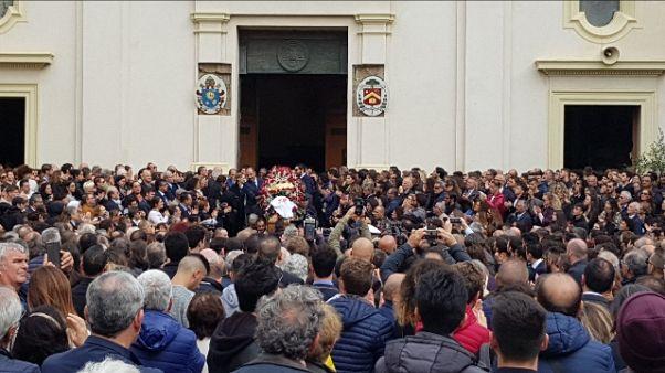 Funerali imprenditore, palloncini neri