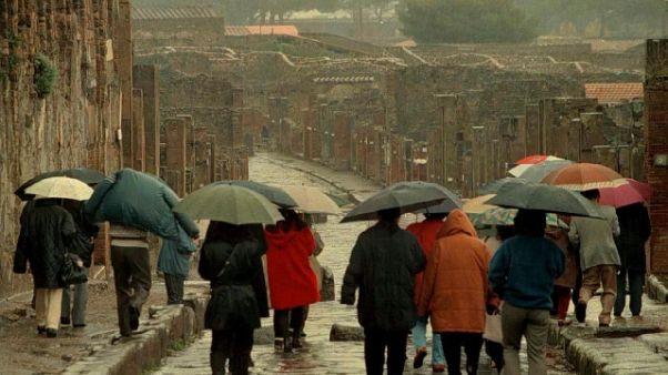 Pompei: forte vento, escono i visitatori
