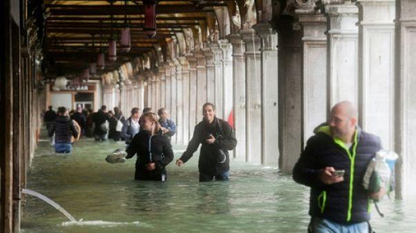 Des touristes près de la place Saint-Marc à Venise le 29 octobre 2018