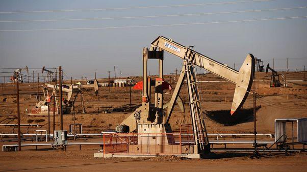 النفط يهبط أكثر من 1% بفعل زيادة المعروض والحرب التجارية