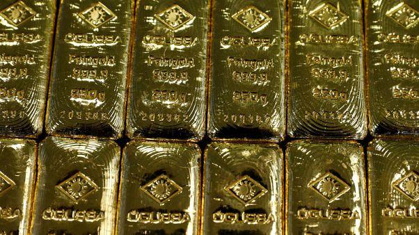 الذهب يهبط مع صعود الدولار بفعل توترات تجارية