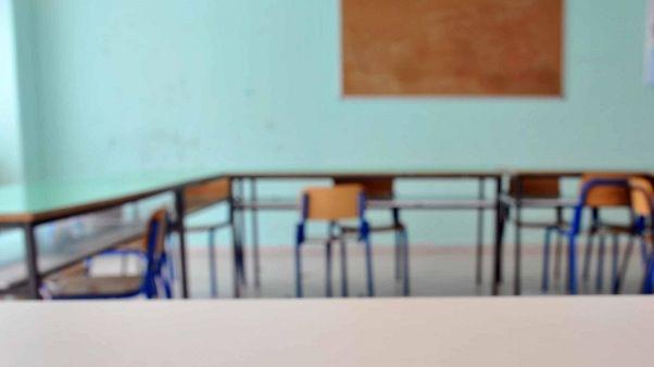 Insegnante ferita a sediate da alunni