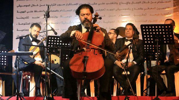 فنانون يخرجون من أنقاض الموصل لاستعادة الحياة الثقافية للمدينة العراقية