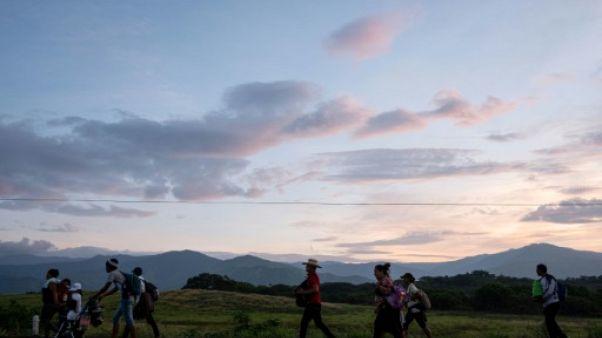 """""""Je veux que mon fils soit Américain"""", répètent les femmes enceintes de la caravane de migrants"""