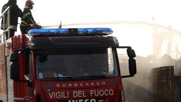 Incendio azienda nel Pavese, un ferito