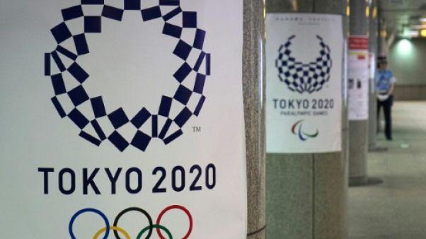 Logos des JO-2020 dans une station de métro à Tokyo, le 21 juillet 2018