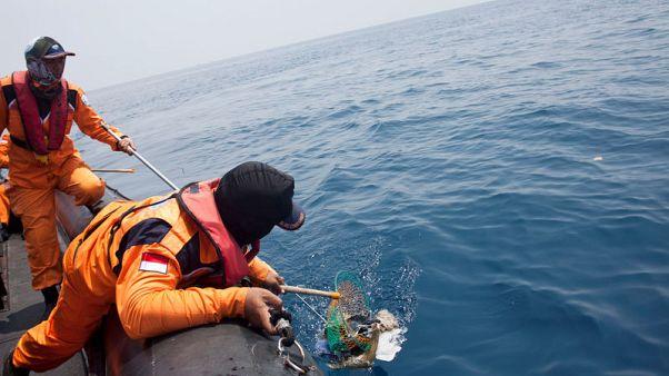 وسائل إعلام: استخراج أحد صندوقي الطائرة الإندونيسية المنكوبة