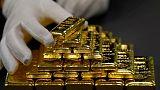 الذهب يقفز 2% مع تراجع الدولار من أعلى مستوياته في 16 شهرا