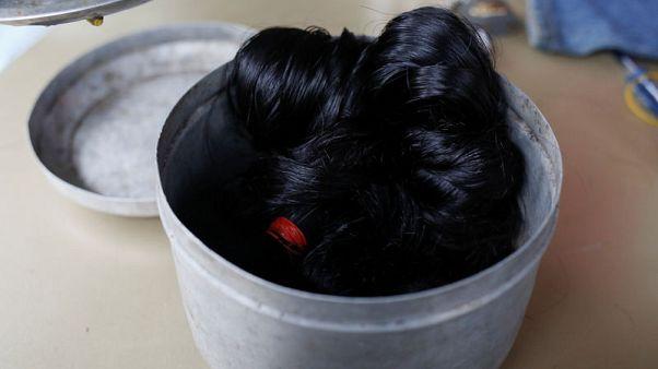 """تحقيق-""""يلمع ببريق اللؤلؤ"""" .. تجارة ميانمار في الشعر البشري تزدهر"""