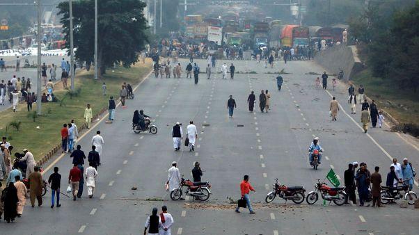 باكستان تغلق شبكات الهواتف المحمولة وسط احتجاج إسلاميين على تبرئة مسيحية
