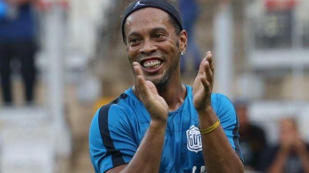 Ronaldinho passaporto ritirato in patria