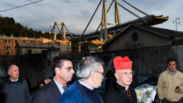 Bagnasco depone fiori a ponte Morandi