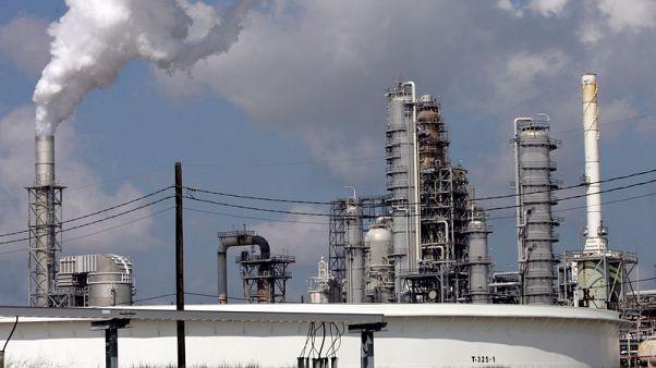 أسعار النفط تهبط 1 بالمئة مع منح أمريكا إعفاءات من عقوبات إيران