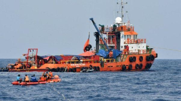 Accident d'avion en Indonésie: un plongeur meurt en tentant de récupérer des corps