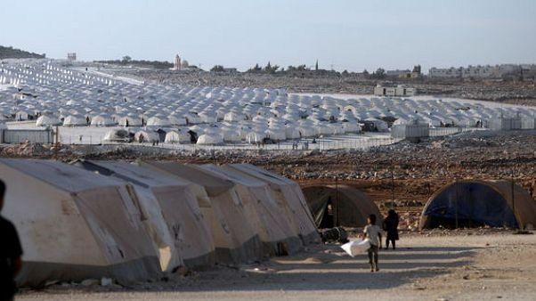 مصدر: شاحنات إغاثة تابعة للأمم المتحدة تصل مخيم الركبان في سوريا