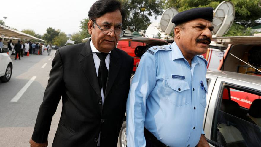 """محامي باكستانية برأتها المحكمة من التجديف يفر للخارج خوفا من """"الغوغاء الغاضبين"""""""