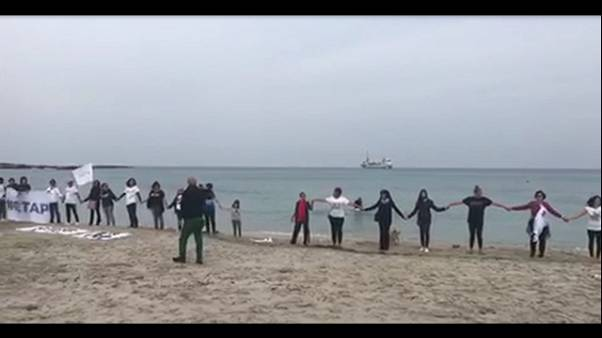 Tap:fash mob di mamme No Tap su spiaggia